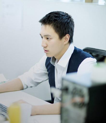 仕事をする男性のイメージ写真